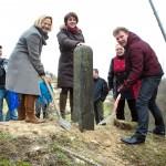wethouders van Wassenaar en Den Haag herplaatsten grenspaal op duin - foto: Gemeente Wassenaar