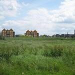 Geplande flats bedreigen door Drutense Cuyperskerk gedomineerde skyline Maas en Waal