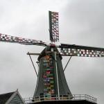 Knitted Landscape: Molen De Liefde Streefkerk met breiwerk aangekleed