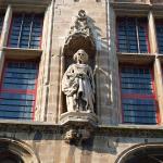 Beelden stadhuis Veere weggehaald
