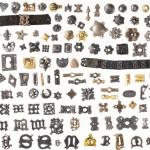 Expositie rijke versiering middeleeuwse riemen en tassen in Rijksmuseum van Oudheden