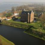 Nieuwe kasteelheer Slot Loevestein ontvangt de sleutel