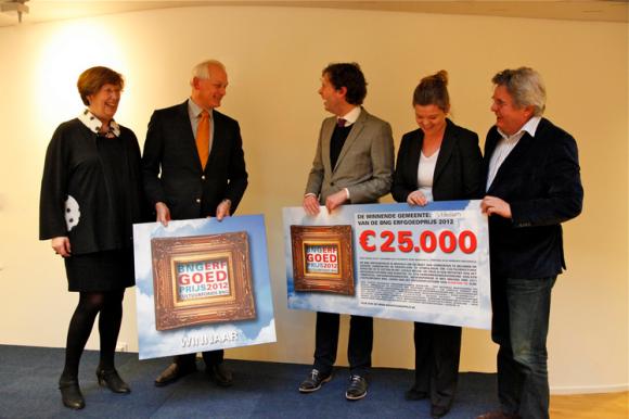 Annemarie Jorritsma reikt BNG Erfgoedprijs uit aan burgemeester Cor Lamers van Schiedam en zijn team, Foto Henk Snaterse