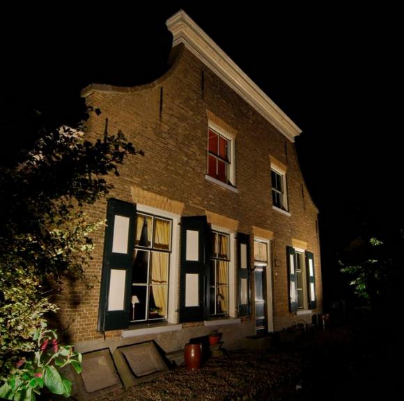 Verlichte boerderij in de Hoeksche Waard - foto Bart Merks