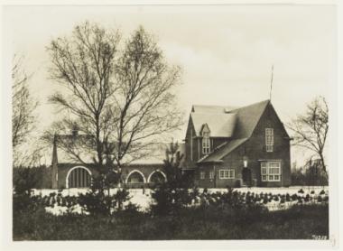 Oude ansichtkaart gemeentehuis Waalre.