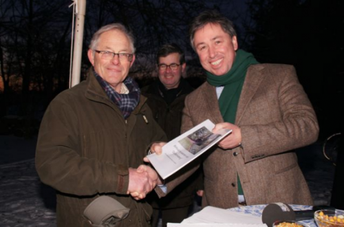 Gedeputeerde Patrick van der Broek (Provincie Limburg) en Wiel van Heugten (initiatiefnemer). Op de achtergrond Wethouder Paul Vogels van gemeente Leudal. Foto: Wiel van Heugten 2013