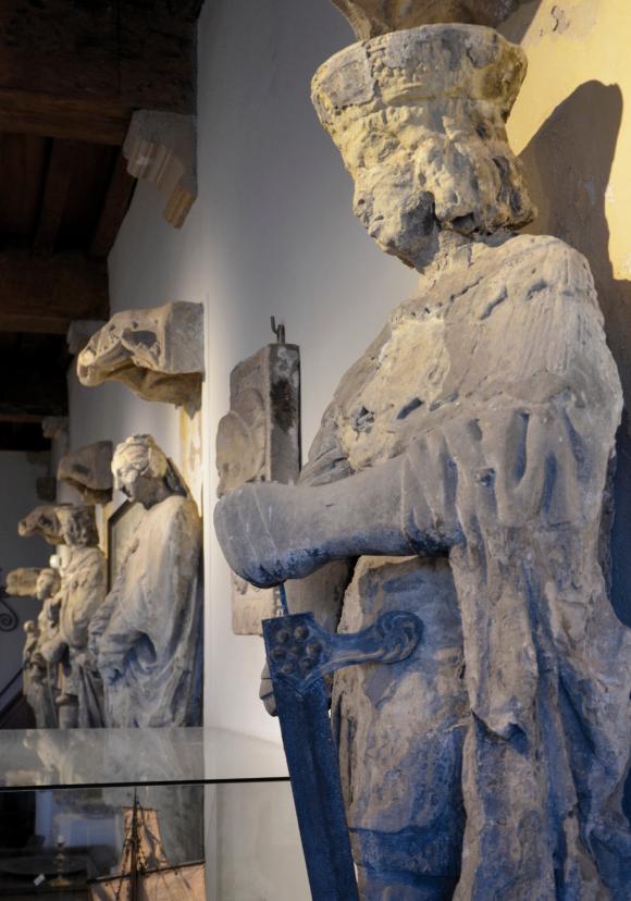 Het zestiende-eeuwse beeld van Adolf van Bourgondië-Beveren, één van de zeven heren en vrouwen van Veere te zien in Museum De Schotse Huizen