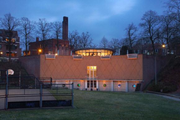 Voorzijde rijksmonument met nieuw horecapaviljoen. © marijnusse.nl