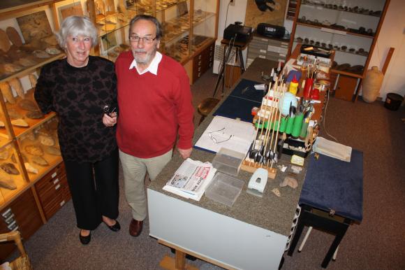 Ed Zuurdeeg en zijn vrouw Corry in de kelder van hun huis in Ede, waar hij al zijn vondsten tentoonstelde vóórdat ze aangekocht werden. Foto: RMO Leiden.