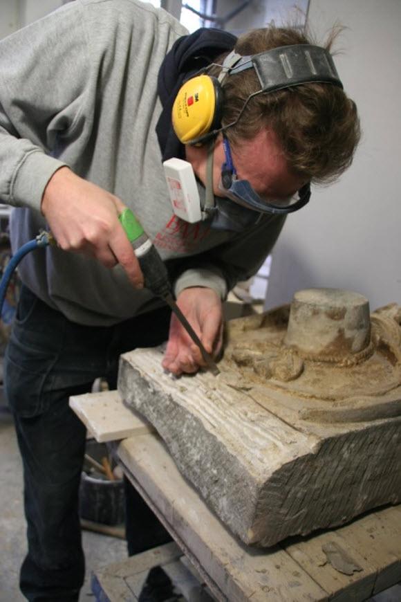 De steenhouwers van BamBam aan het werk met de gevelstenen. Foto: Dik Kompier