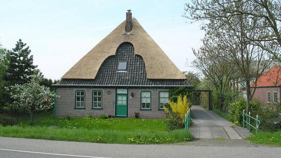 Een stolpboerderij langs de provinciale weg in Blokdijk.
