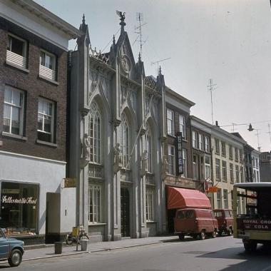 Zwanenbroedershuis Den Bosch, jaren zeventig met gevel in gebroken wit. Foto: RCE via wikimedia