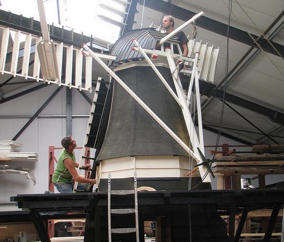 Hugo en Rein leggen de laatste hand aan de molen in de werkplaats in Warns