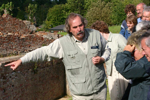 Een gids leidt bezoekers rond bron:  via Wikimedia Commons