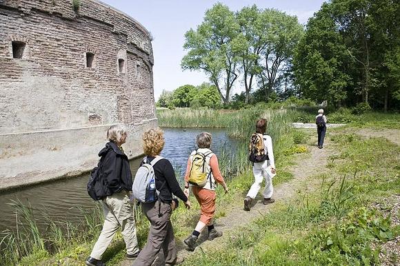 Wandelaars bij het torenfort Uitermeer, onderdeel van de Nieuwe Hollandse Waterlinie. Foto: Bert van As (Rijksdienst voor het Cultureel Erfgoed)