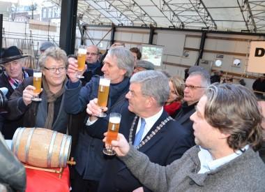 20140112 Eerste vaatje Traiectum bier van brouwerij De Leckere getapt door burgemeester Jan van Zanen