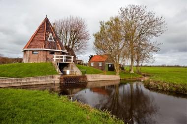 Gemaal en machinistenwoning bij Woerden. Foto copyright Veldhuizenkoot