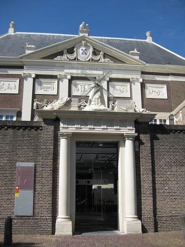Ingang museum de Lakenhal Foto: Marion Golsteijn