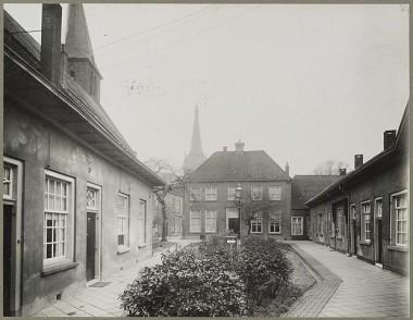 Het Gasthuishofje in vroeger tijden bron: RCE via Wikimedia