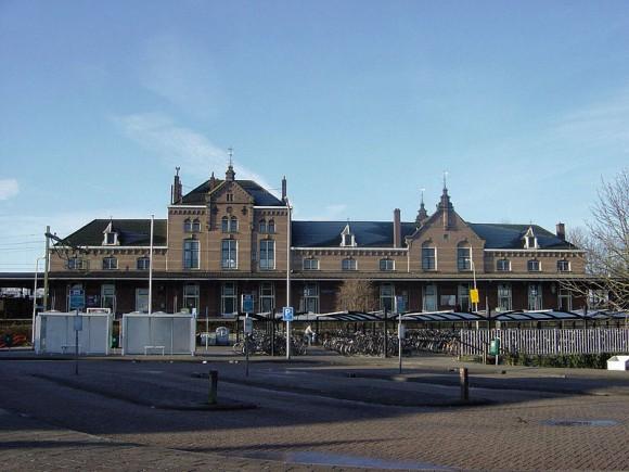 Het leegstaande station  Geldermalsen. Foto Markv via Wikimedia