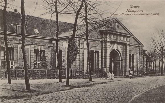 800px-Hampoort_Grave_1925