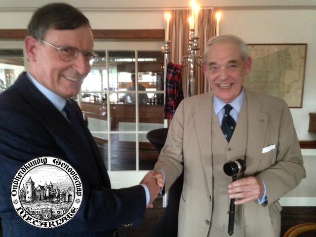 De heer Edward Munnig Schmidt, wordt benoemd tot ere-voorzitter van Niftarlake en krijgt de ere-hamer uitgereikt door de heer Anthony Lisman.