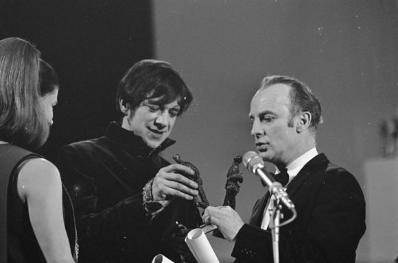 Ramses Shaffy en Wim Sonneveld tijdens het Grand Gala du Disque Populaire 1968. Foto: Nationaal Archief.