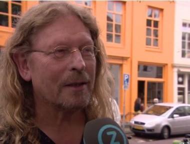 Verstraeten met het betreffende pand op de achtergrond Foto: Omroep Zeeland