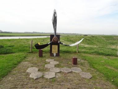 Oosterend_-_Lancaster-monument_aan_de_Lancasterdijk