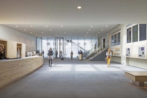 Nieuwe ondergrondse entreefoyer onder het voorplein van het Mauritshuis in Den Haag. Ontwerp: Hans van Heeswijk architecten. Foto: Luuk Kramer