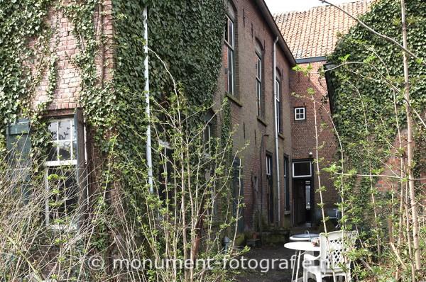 Achterkant van het huis, april 2013. Enorm veel klimop tegen de muur. Had de muur en fundering ernstig aangetast.