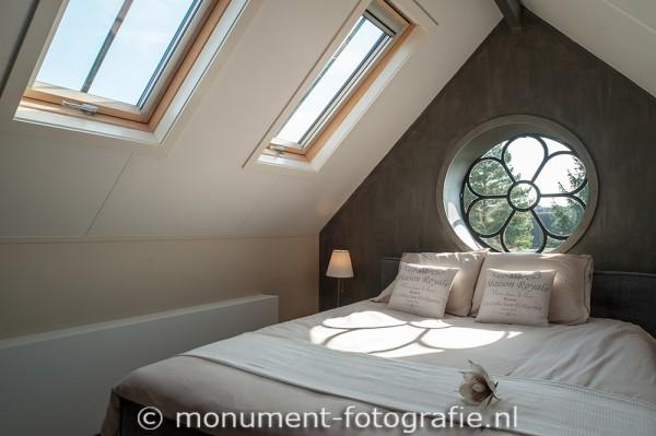 Oktober 2014.. Onder dat mooie rozet raam kun je nu slapen. (slaapt goed trouwens ;-) )