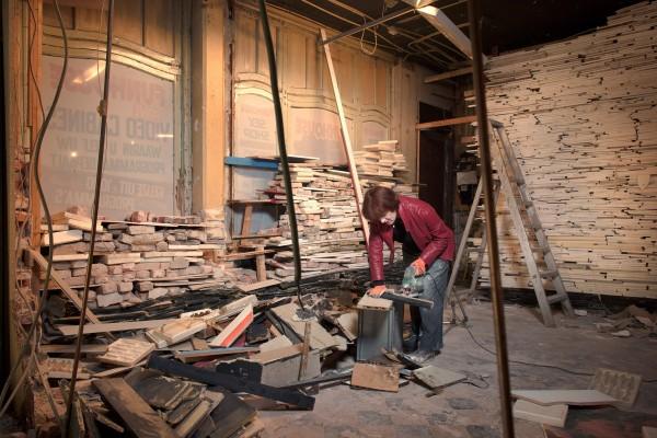 Marjan Teeuwen aan het werk aan 'Verwoest Huis Leiden' (2015). Foto: Rob Overmeer