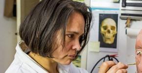 Maja d'Hollosy werkt aan het gezicht van de Alkmaarse vrouw - foto Studio John Meijer