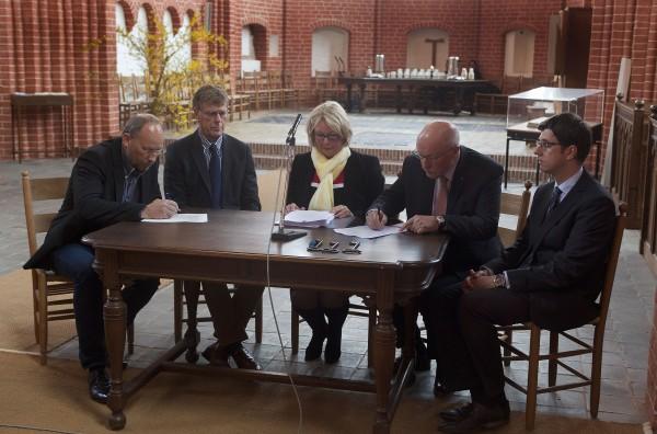 """Officiële overdracht kerk Leermens, """"t Zandt en Zeerijp Hervormde gemeente Maarland aan SOGK (Foto: Jelte Oosterhuis)"""
