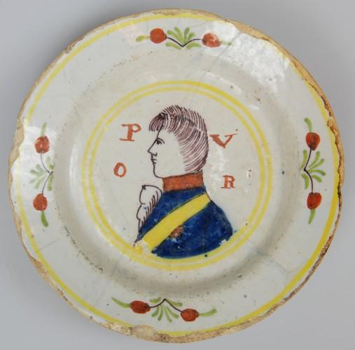 faience bord met Prins Willem V   foto: Huis van Hilde