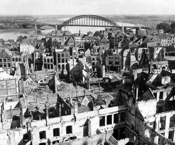 Nijmegen is zwaar beschadigd tijdens de Slag om Nijmegen