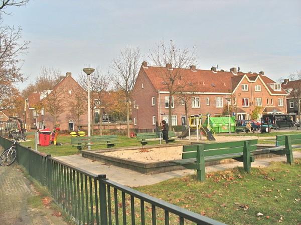 Woningen in de polder Buiksloterham, Amsterdam-Noord. Van der Pekbuurt, Heimansweg, speeltuin Volewijck