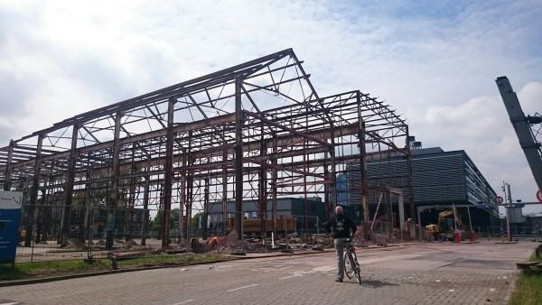 Hijsch-gebouw halverwege sloop Foto: Sebas Baggelaar