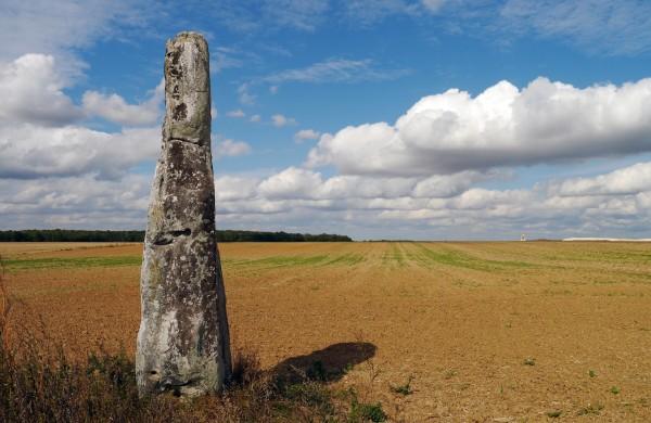 een Menhir in Frankrijk foto: Poulpy via Wikimedia Commons