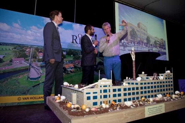 rojectdirecteur Jeroen Galle van Rabo Vastgoed (eigenaar van de Ringersfabriek), de Alkmaarse wethouder Victor Kloos (rechts) en presentator Tarik Yousif (midden) Foto: Rob Verhagen