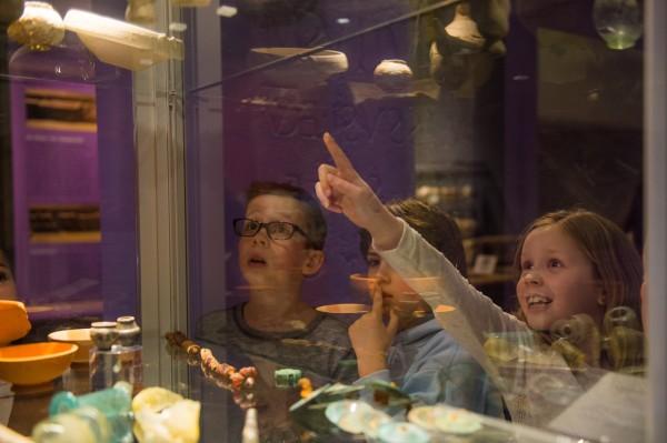 Kinderen vergapen zich in het Heerlense Thermmuseum iaan archeologische vondsten.