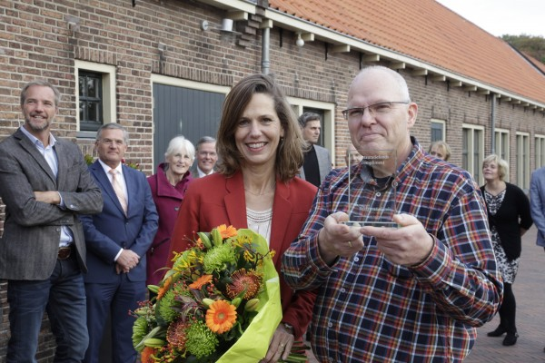 Willemijn Maas reikt het Restauratiefonds-compliment uit aan Jelle Langeland Foto: Vincent van Hoven via Nationaal Restauratifonds