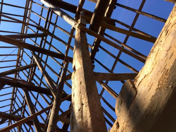 Deel van het staketsel, nog 1 meter uit het lood Foto: Nationaal Restauratiefonds