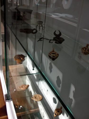 Romeinse gebruiksvoorwerpen in de archeologische collectie van_  Centre Ce?ramique, Maastricht foto: KLeon3 via Wikimedia Commons