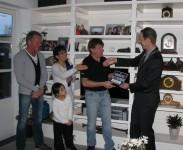 Burgemeester Arie van Erk van Hillegom overhandigt het schildje van de Zwarte Tulp Prijs aan de familie Van der Prijt Foto via