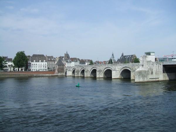 De Sint Servaasbrug, die nu over de Maas loopt, is een 13e eeuwse vervangeing van de Romeinse brug die iets zuidelijker lag. foto: Saturn via Wikimedia