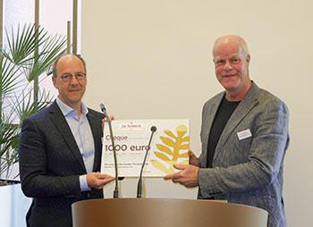 Jur Bekooy nam de Gouden Terebinth namens Stichting Oude Groninger Kerken in ontvangst