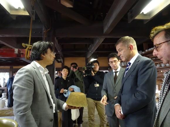 Directeur Cees van 't Veen op bezoek bij de fameuze keramiekoven in Kyushu, Japan Foto: RCE