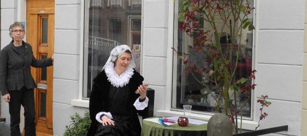 Corrie den Hengst bij haar huis in de Vlamingstraat, Delft Foto via monumenten.nl